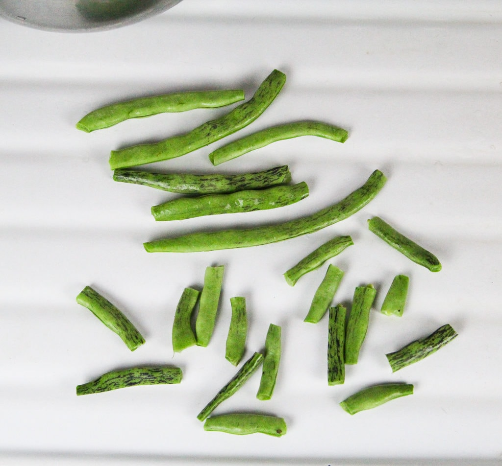 showing what snapped green beans look like